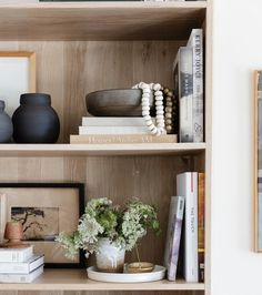 Home Living Room, Living Room Decor, Bookshelves In Living Room, Décor Boho, Home Decor Items, Amber Interiors, Interior Design, Shelving, Bookcase Styling