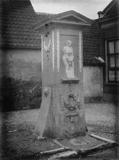 Foto uit 1913 van de waterpomp aan het Hofplein in Vianen.