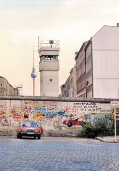 in 1989 photographed by ©Edward Murray - Praktische İnformatie East Germany, Berlin Germany, Iconic Photos, Old Photos, German Symbols, Fall Of Berlin Wall, Army Day, Brick In The Wall, The Second City