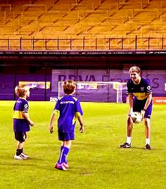 Niall playing football with kids is literally breaking my heart slowly and painfully! Imagine Niall teaching your kids to play football. One Direction Niall, Naill Horan, Teenage Dirtbag, I Luv U, Louis And Harry, James Horan, Gorgeous Eyes, Irish Men, My Heart Is Breaking