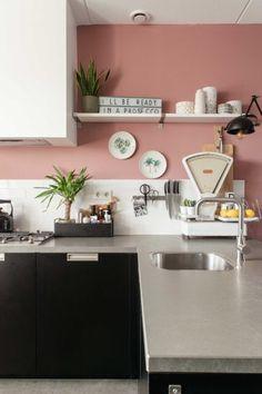 Inspiratie voor een oud roze muur | InteriorTwin Kitchen Rules, Color Of Life, Interior Architecture, Corner Desk, Kitchen Remodel, Sweet Home, Gallery Wall, Room Decor, House