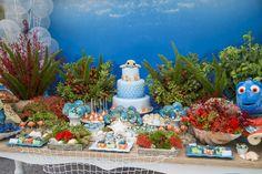 """Para o terceiro aniversário do pequeno, a decoradora Ana Luiza Bertelli, da Creazioni, desenvolveu o tema preferido do menino, que ama os filmes Procurando Nemo e Dory. """"Optei por fundo do mar, de uma forma genérica, e tomei o cuidado de utilizar somente as pelúcias originais da Disney"""", explica. Misturando os tons de verde água …"""