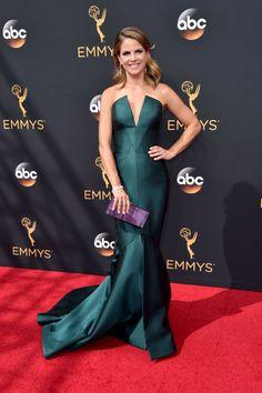Retour Sur le Tapis Rouge des Emmy Awards 2016 Natalie Morales Portant une tenue signée Rubin Singer.