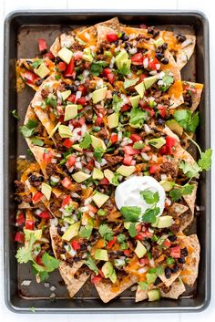 These Loaded Nachos are piled high with chips, beef, beans, cheese, pico de gall… – Delicious Foods For Game Day Steak Nachos, Chili Nachos, Pulled Pork Nachos, Mexican Dishes, Mexican Food Recipes, Dinner Recipes, Nacho Recipes, Guacamole, Nachos Supreme