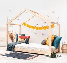 Klassisches Modell eines Hausbettes. Hier haben wir alles, was in der Montessori-Methode am wichtigsten ist, eine tiefgelegene Matratze zur Sicherheit und eine Form des Bettes, die bewirkt, dass es zum Lieblingsplatz für Ihr Kind zum Spielen und Entwickeln werden kann. Toddler Bed, Furniture, Home Decor, Roof Trusses, Bed Mattress, Child Bed, Set Of Drawers, Safety, Decoration Home