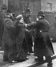Suffragetten stürmten in London Downing-Street No. 10 - leider kamen sie nicht sehr weit...