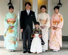 Familia imperial japonesa de Akishino y Kiko, princesas Mako (kimono celeste) y Kako (kimono melocotón) y príncipe Hisahito (en medio)