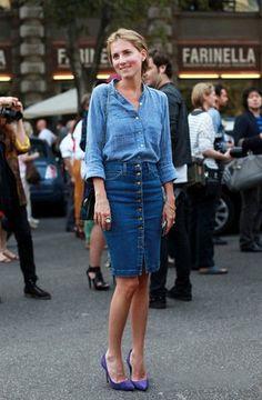 Девушка в джинсовой юбке и джинсовой рубашке