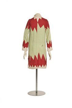 Création : Sonia Delaunay Accéder à la fiche France 1925 (vers) Matières et techniques : Toile de lin découpée, application