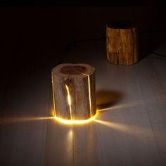 Il utilise des rondins de bois craquelés pour créer de superbes lampes naturelles