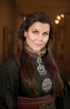Bunad: Nå får du hårspenner til bunaden - KK Viking Series, Christian Movies, Love The Lord, Folk Costume, Norway, Take That, Fancy, This Or That Questions, Folklore