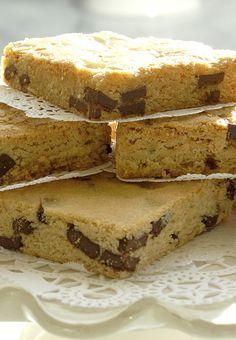 La pareja perfecta de tu café: un suave brownie blanco con trozos de chocolate #MagnoliaBakeryMX #brownie #ChocolateChunk
