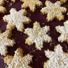 Habt ihr schon Kekse gebacken?  Ich schon dreimal - aber die Kekse sind jedes Mal so schnell weg.  Meine Jungs sind dieses Jahr richtige Keksvernichter  Soviel kann ich gar nicht backen wie die essen können  #weihnachten #kekse #weihnachtskekse #backen #sterne #jungsmama Gingerbread Cookies, Blog, Desserts, Instagram, Manicure Ideas, Cool Hairstyles, Wedding Bride, Essen, Stars