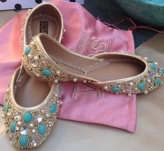 Buy online Khussa shoes and Fancy shoes from Pakistan. Indian Pakistani shoes and clothing accessories. Pretty Shoes, Beautiful Shoes, Cute Shoes, Me Too Shoes, Bollywood, Top 10 Shoes, Indian Shoes, Indian Jewelry, Latest Summer Fashion