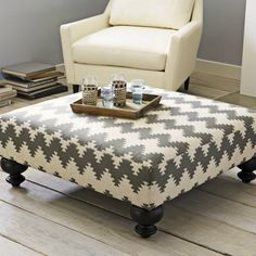 Ottoman - Pallet, foam, table legs, fabric and a staple gun. And other pallet furniture. Pallet Furniture, Furniture Projects, Furniture Plans, Repurposed Furniture, Modern Furniture, Furniture Design, Interior Modern, Woodworking Furniture, Furniture Makeover