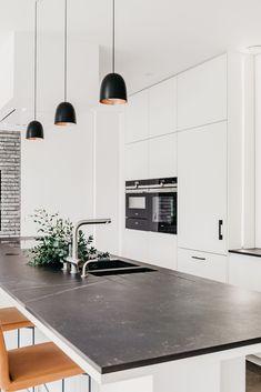 Kitchen Black Counter, Black Kitchen Countertops, Open Plan Kitchen Living Room, Home Decor Kitchen, Home Kitchens, Industrial Kitchen Design, Interior Design Kitchen, Modern Kitchen Lighting, Simple Modern Interior
