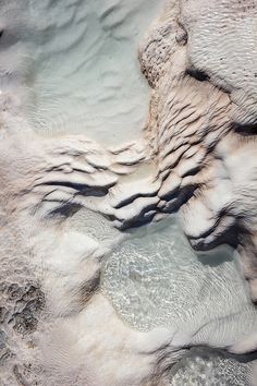 "Pamukkale, meaning ""cotton castle"" in Turkish, is a natural site in Denizli Province in southwestern Turkey. Pamukkale contains hot springs and terraces of carbonate minerals left by the flowing water. Motifs Organiques, Fuerza Natural, Foto Macro, Pamukkale, All Nature, Nature Water, Belle Photo, Textures Patterns, Color Inspiration"