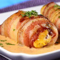 Unas jugosas y ricas pechugas de pollo rellenas de queso amarillo, que están envueltas en crocante tocino horneado y acompañadas de una picosita salsa de chipotle. ¡Las pechugas rellenas en salsa de chipotle son sensacionales para cualquier ocasión!