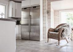 hirsitalo keittiö, scandinavian kitchen, rattan rocking chair, log home kitchen, white kitchen