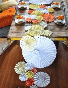 Love this DIY Pinwheel Table Runner! Could be a great idea if you're doing your own wedding table decorations. Festa Party, Diy Party, Party Ideas, Wedding Crafts, Diy Wedding, Green Wedding, Wedding Shoes, Wedding Table, Wedding Ideas