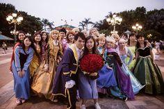Este pedido de casamento é digno de um conto de fadas, com muita música, dança e um príncipe apaixonado. Ele e ela estão juntos faz tempo, desde os tempos