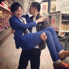 """ガリゲル on Instagram: """"どうぞ思う存分、萌えて下さい♡ #その代わり今週の土曜日の放送観てね #和牛川西 #天竺鼠川原 #言われるマンマ第2週 #前回は4週 #だから5回目と言っても過言ではない #タクシー降りてすぐお姫様抱っこ #スレ違ったおばちゃんは2度見してた #京都の河原町の交差点で愛を叫ぶ…"""" Comedians, Japanese, People, Japanese Language, People Illustration, Folk"""