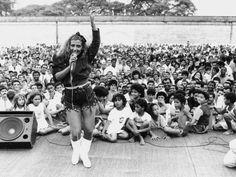 Rita Cadillac se apresenta para mais de 7.000 presos e seus familiares durante festa anual da Casa de Detenção de São Paulo, Carandiru.