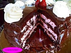 Μια τούρτα...όνειρο! Είναι ''αφρός''!!! Ο συνδιασμός σοκολάτα-φράουλα...θεικός!!! ΤΟΥΡΤΑ ''ΣΟΚΟΛΑΤΟΦΡΑΟΥΛΕΝΙΟ ΟΝΕΙΡΟ''!!! Μετα τη πάστα ταψιου της Σόφης νομίζω οτι και με αυτη θα γίνει πάταγος  ΥΛΙΚΑ ΓΙΑ ΤΟ ΠΑΝΤΕΣΠΑΝΙ 5 αυγα 125 γρ.ζάχαρη 125 γρ.αλεύρι 2 κ.γ μπέικιν 1 βανίλια 30 γρ.κακάο ΕΚΤΕΛΕΣΗ Χτυπάω τα αυγά με … Greek Sweets, Greek Desserts, Party Desserts, Sweet Recipes, Cake Recipes, Dessert Recipes, Sweets Cake, Cupcake Cakes, Lila Pause
