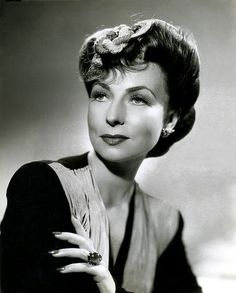 Agnes Moorehead ~ Agnes Robertson Moorehead was an American actress whose career of more than three decades included work in radio, stage, film and television. She is chiefly known for her role as Endora on the television series Bewitched. Old Hollywood Movies, Golden Age Of Hollywood, Vintage Hollywood, Hollywood Stars, Classic Hollywood, Agnes Moorehead, Elizabeth Montgomery, Classic Actresses, Classic Films