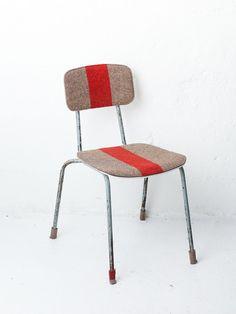 Alter Stuhl aus der DDR mit einer Armeedecke bezogen