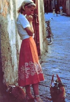 gwyneth paltrow in the talented mr. ripley - orange skirt - love the shoes Vintage Fashion 1950s, Vintage Mode, Retro Fashion, Vogue, Gwyneth Paltrow, Italian Fashion, Italian Chic, Italian Style, French Chic