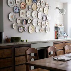 platos en la pared