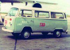 "A icónica carrinha Type 2 da Volkswagen, conhecida entre os portugueses como ""Pão de Forma"", transportava os passageiros da TAP em grande estilo, na viagem que separava o avião e o edifício do aeroporto.// The iconic Type 2 Volkswagen van, known in Portugal as the ""loaf of bread"", carried TAP's passengers in style, between the plane and the airport building. Portugal, Commercial Van, Small Trucks, Airplane, Volkswagen, Bubble, Jeep, Nostalgia, Station Wagon"