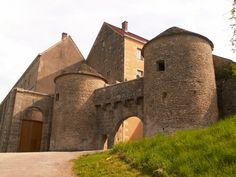 Les plus beaux villages de France - Site officiel Beautiful Castles, Beautiful Buildings, Pre Romanesque, French Pictures, Carolingian, Romanesque Architecture, French Castles, Monuments, Belle Villa