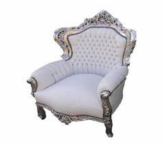 Barock fåtölj med silver ram dekorerad med vitt läder look.  Höjd: 120 cm Bredd: 84 cm Djup: 60 cm Sitshöjd: 50 cm