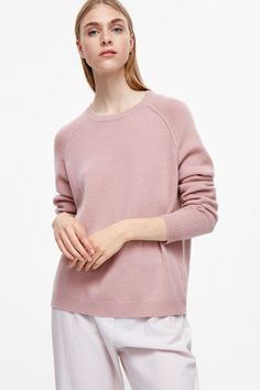 COS image 8 of Relaxed cashmere jumper in Rose Pink