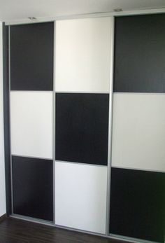 Vstavaná skriňa na mieru do spálne, Trnava, materiál: DTD biela perla, čierna perla, 18mm, 36mm, kovanie: hliník, dvere: skladané, predel hliníkovým profilom, vnútorné riešenie: krátke vešanie, police