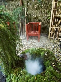Med en liten enkel dimgenerator nedsänkt i vattnet kan man skapa trolsk dimma som får svepa upp ur en trädgårdsdamm eller som här, hos Söderlunds i Sundsvall, ur ett litet brunnsliknande vattenhål omgivet av mossa. En sådan här effektfull anläggning kan du skapa genom att dölja en liten vattenbalja med mossinklädda torvblock.
