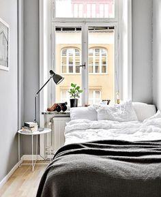 Kleines Schlafzimmer im Altbau mit hellgrauen Wänden gemütlich gestalten