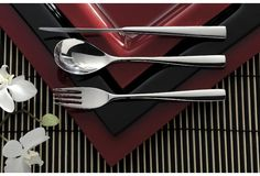 Sola Lotus cutlery is a very popular and luxurious cutlery. The cutlery has a smooth, thin shape that makes it very elegant and pleasant to the eye. The knife can be laid on the table in two different ways, giving it a dynamism to your table setting. A very elegant but playful cutlery.