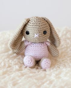 Breanna the Little Bunny - Free Amigurumi Crochet Pattern - English Version here: http://www.leeleeknits.com/free-crochet-bunny-pattern/