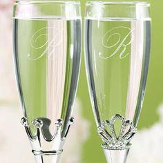 #HLo Tips: Para el brindis, los novios pueden usar copas especiales. Pueden estar grabadas con las iniciales, la fecha de la boda e incluso cada copa puede tener un diseño personalizado para la novia y otro para el novio.  Fotografía. @weddingshopUS