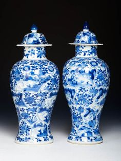 Two Chinese export porcelain vases and covers, c. 1700, Kangxi reign, Qing dynasty