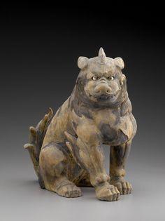 """どこぞのアニメにフレームインして来てもまったく違和感ないテイスト、いまから560年を遡る「室町時代に作られた """"狛犬 (コマイヌ)""""」  ヒノキの木を、金漆でゴールドで彩色、目には水晶が埋められている。約45センチサイズ。"""