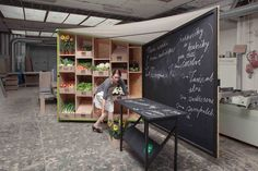 Market Stall Design. Love the canopy roof between chalkboard back wall and shelving ned from creates. Fantastic design #mobilemarketingstall