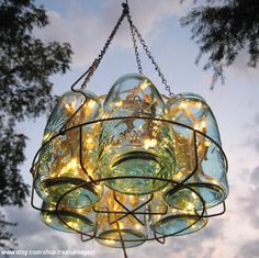 A recycled hanging lamp! Mason jars in a canning rack with Christmas lights Mason Jar Chandelier, Mason Jar Lighting, Vintage Chandelier, Jar Lamp, Wire Chandelier, Chandelier Ideas, Chandeliers, Simple Chandelier, Do It Yourself Lampe