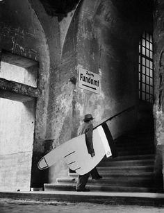 Foto di Fritz Roger - A hand takes a walk, 1954