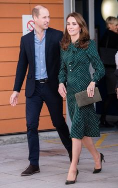 Best Of Kate Middleton December The Duchess of Cambridge visited the Evelina London Children's Hospital in London, England wearing a polka dot dress in a deep hunter green by L.Bennett, one of her go-to British designers. Moda Kate Middleton, Estilo Kate Middleton, Kate Middleton Outfits, Kate Middleton Prince William, Prince William And Catherine, Kate Middleton Style, William Kate, Estilo Real, Princess Kate