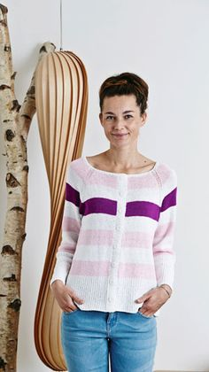 Den bredstribede cardigan i let A-facon er nem at strikke og dejlig at have på, da den er strikket i glat på pinde 4 med bomuldsbåndgarn.
