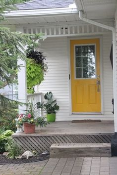 What a bright and cheery front door! Christmas Home, House Tours, Minimalism, Home And Family, Homes, Bright, Places, Outdoor Decor, Home Decor
